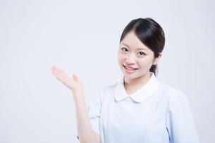 手差しをする看護師の写真素材 [FYI02006819]