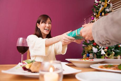 クリスマスプレゼントをもらう女性の写真素材 [FYI02006842]