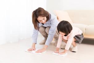 雑巾掛けをする母と娘の写真素材 [FYI02006844]