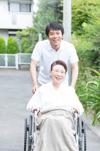 シニア女性を介護する介護福祉士の写真素材 [FYI02006884]