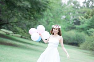 風船を持つ花嫁の写真素材 [FYI02006886]