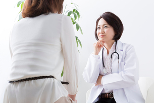 診察をする女医の写真素材 [FYI02006897]