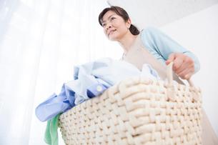 洗濯物を運ぶ主婦の写真素材 [FYI02006902]