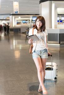 空港内を歩く女性の写真素材 [FYI02006908]