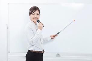 ボードを指して喋るビジネスウーマンの写真素材 [FYI02006910]