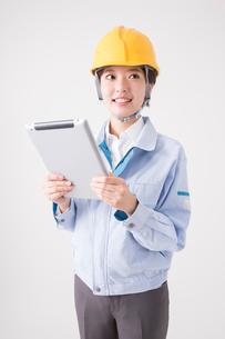タブレットPCを持つ女性作業員の写真素材 [FYI02006922]