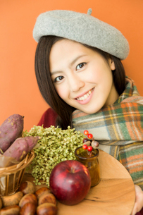 食材を持つ笑顔の女性の写真素材 [FYI02006934]