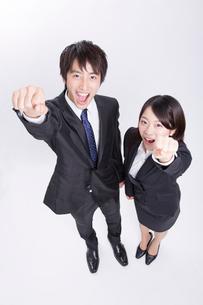 ガッツポーズをするビジネスマンとOLの写真素材 [FYI02006938]