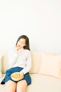 ポップコーンを食べる女性の写真素材 [FYI02006954]