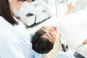 治療をする歯科衛生士の写真素材 [FYI02006995]