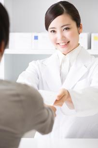 薬を手渡す薬剤師の写真素材 [FYI02007012]