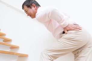 腰痛に悩むシニア男性の写真素材 [FYI02007016]