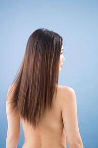 ロングヘアーの女性の後ろ姿の写真素材 [FYI02007038]