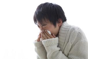 鼻をかむ男性の写真素材 [FYI02007043]