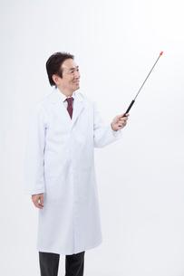 指示棒で説明するベテラン医師の写真素材 [FYI02007066]
