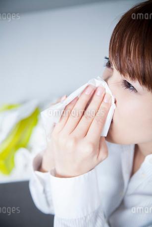 鼻をかむOLの写真素材 [FYI02007096]