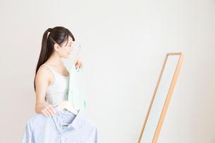 着替える女性の写真素材 [FYI02007109]