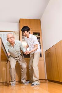 シニア男性の歩行介助をする介護福祉士の写真素材 [FYI02007127]