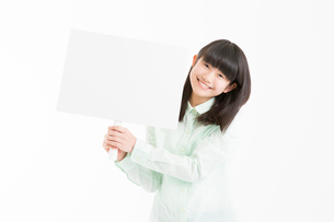 プラカードを持つ女の子の写真素材 [FYI02007132]
