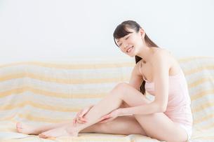 フットケアをする女性の写真素材 [FYI02007161]