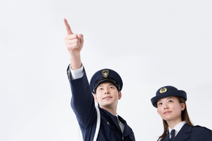 遠くを指さす警察官の写真素材 [FYI02007172]