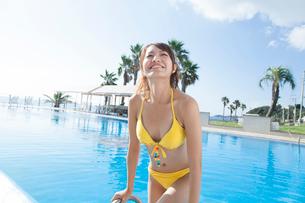 プールから上がる女性の写真素材 [FYI02007223]