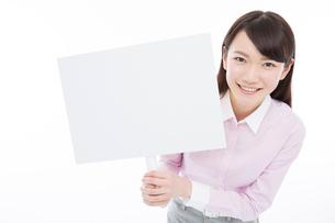 プラカードを持つ女性の写真素材 [FYI02007224]