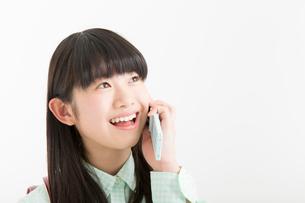 電話をする女の子の写真素材 [FYI02007248]