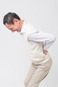 腰痛を訴えるシニア男性の写真素材 [FYI02007255]