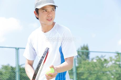 テニスをする男性の写真素材 [FYI02007298]