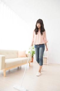 部屋掃除をする女性の写真素材 [FYI02007326]