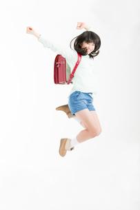 ジャンプする女子小学生の写真素材 [FYI02007330]