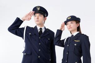 敬礼をする警察官の写真素材 [FYI02007370]