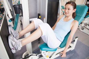 筋力トレーニングをする女性の写真素材 [FYI02007420]