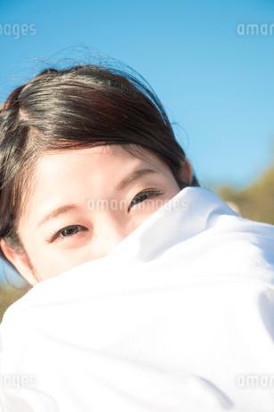 布に包まる水着姿の女性の写真素材 [FYI02007429]