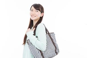 バッグを持って微笑む女性の写真素材 [FYI02007455]