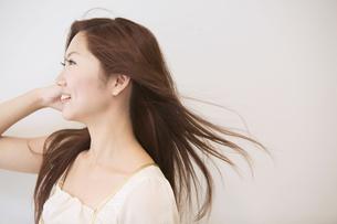 髪をなびかせる20代女性の写真素材 [FYI02007463]