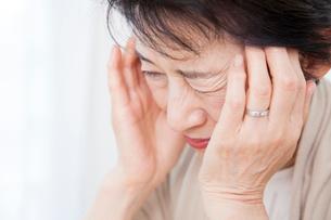 頭痛に苦しむシニア女性の写真素材 [FYI02007486]