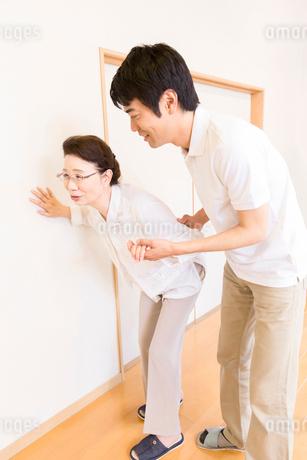 お婆さんの歩行介助をする介護福祉士の写真素材 [FYI02007495]