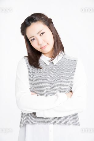 腕を組む女性の写真素材 [FYI02007536]