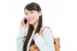 電話をする女性の写真素材 [FYI02007550]