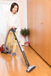 掃除機をかける女性の写真素材 [FYI02007553]