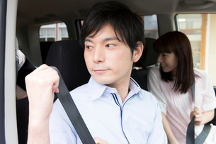シートベルトを締めるカップルの写真素材 [FYI02007554]