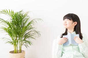 読書をする女の子の写真素材 [FYI02007570]