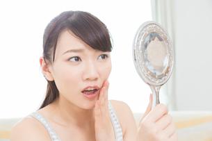 肌トラブルに悩む女性の写真素材 [FYI02007627]