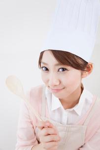 コック帽を被って微笑む女性の写真素材 [FYI02007648]