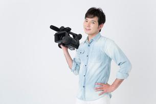 ビデオカメラを持つカメラマンの写真素材 [FYI02007686]