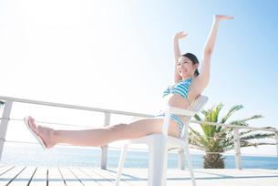 伸びをする水着姿の女性の写真素材 [FYI02007687]