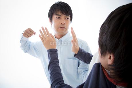 暴力をふるう父とおびえる息子の写真素材 [FYI02007688]