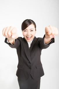 ガッツポーズをする女性の写真素材 [FYI02007705]